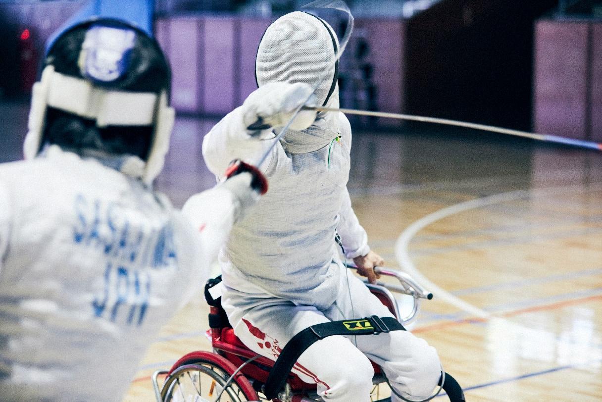 マスクを被り練習相手と剣を交える加納