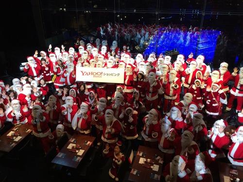 クリスマスイブに100人のサンタクロースがプレゼントをお届け