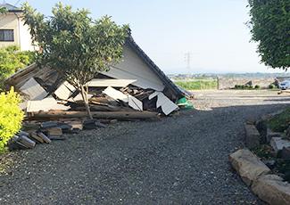 倒壊した家屋の写真
