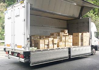 物資を積み込んだトラックの写真