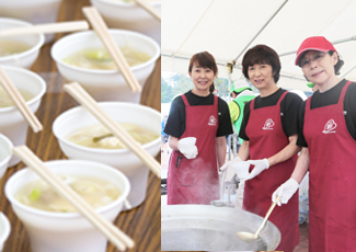 サンマのつみれ入り女川汁と女川汁を準備する女川町商工会の女性たちの写真