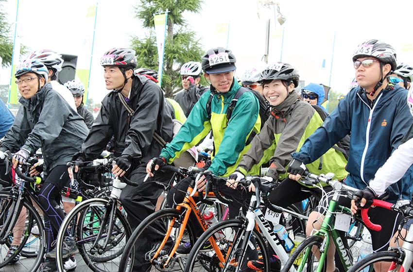 スタート前に笑顔を見せる参加者たちの写真