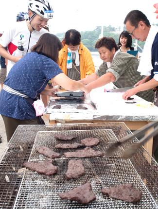 直前に炭火で焼いた「クジラの焼き肉」の写真