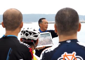 当時、船上で津波を経験したという語り部の斎藤富嗣さんの写真