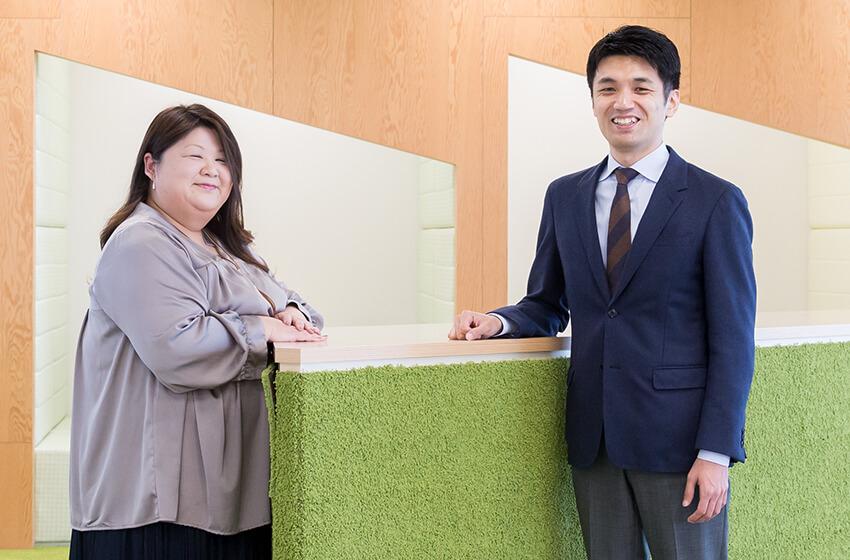 写真:左から佐川英美と吉川徳明