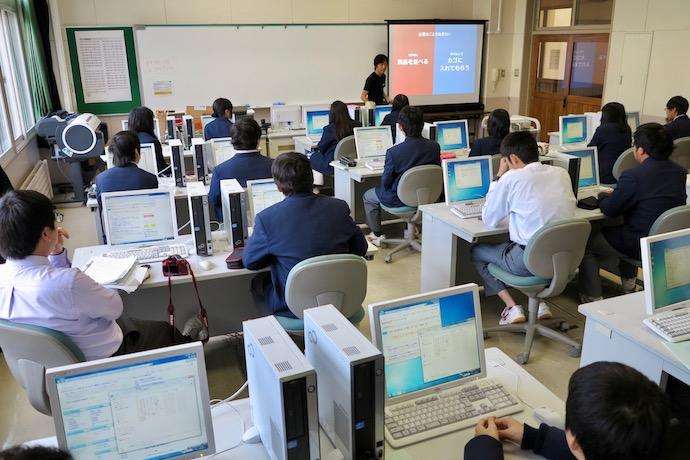 専門学校で授業を通して行われるeコマースの人財育成の様子の写真