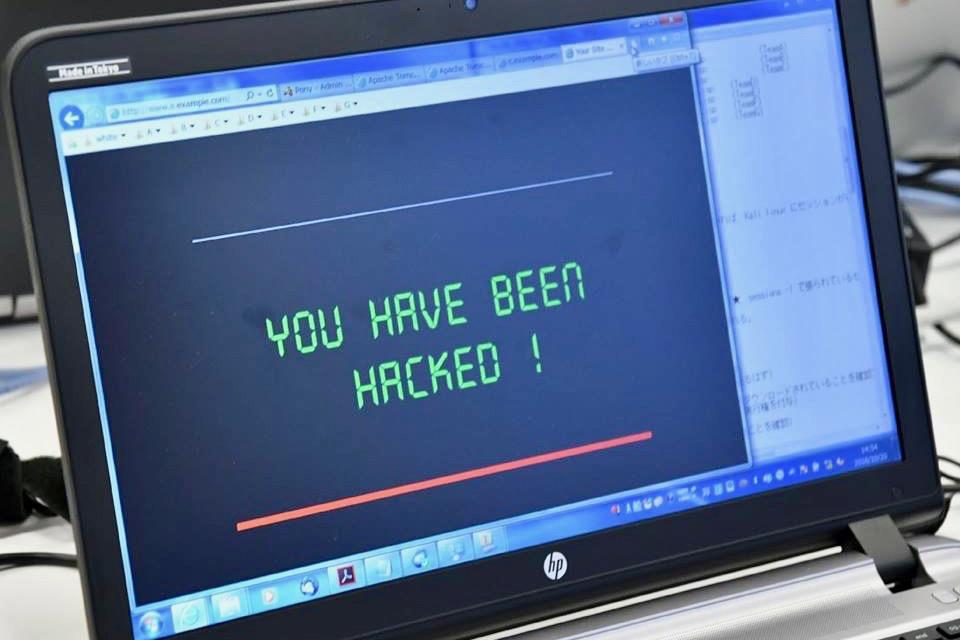 ヤフーの従業員やお客様が集まり、サイバー攻撃への実践力を養うための演習型研修を実施している写真