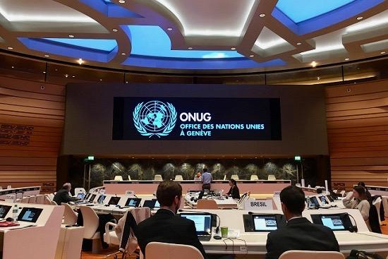 政府が開催している会議に参加している写真