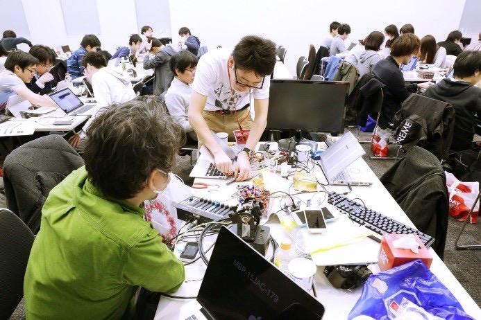 Hack Dayの参加者が開発している様子の写真