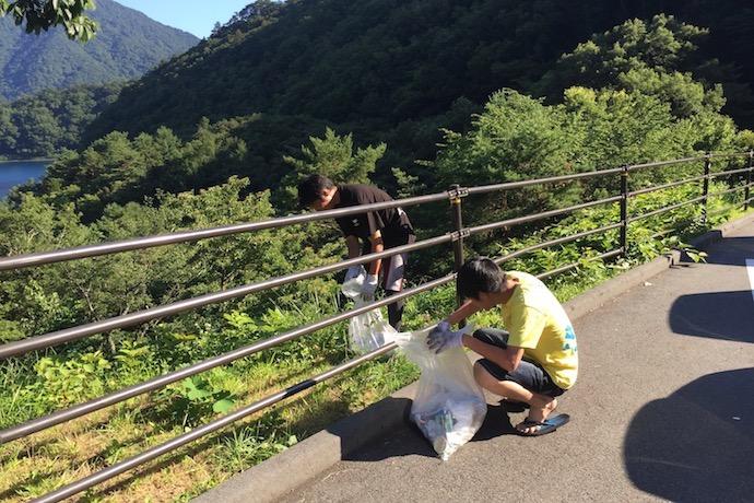 従業員が富士箱根伊豆国立公園で美化活動ボランティアに取り組む様子
