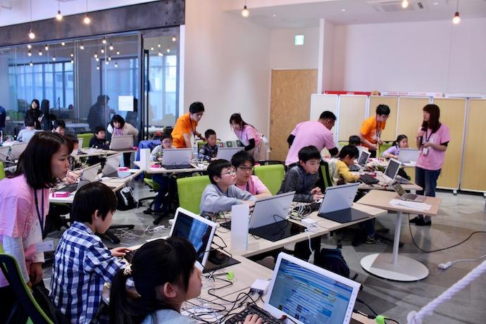 子どもたち向けのプログラミング教育を実施している様子の写真