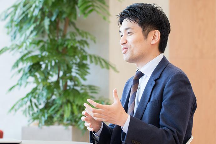 インタビューに答える吉川徳明の写真