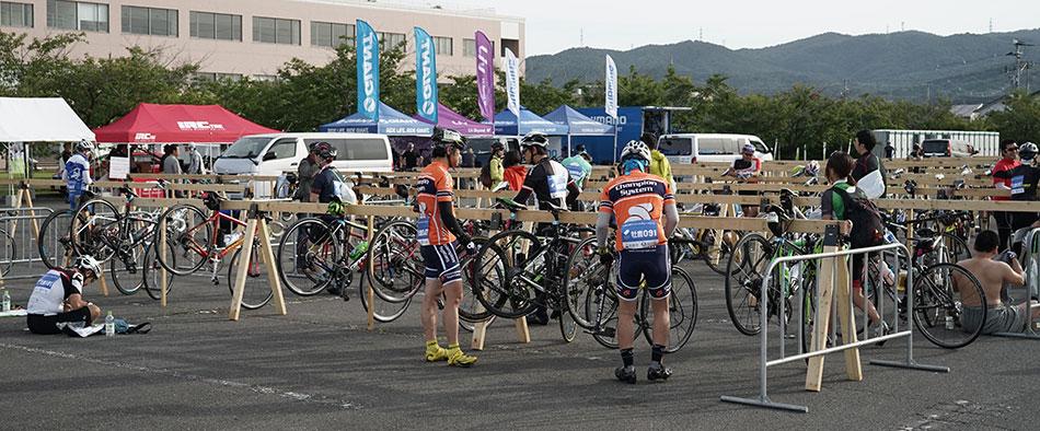 スタート前、集合場所に設けられた自転車の設置台で入念なチェックをする参加者