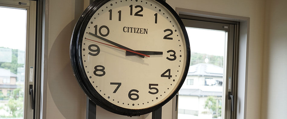 震災が発生した14時46分の直後を指したまま止まっている壁がけ時計