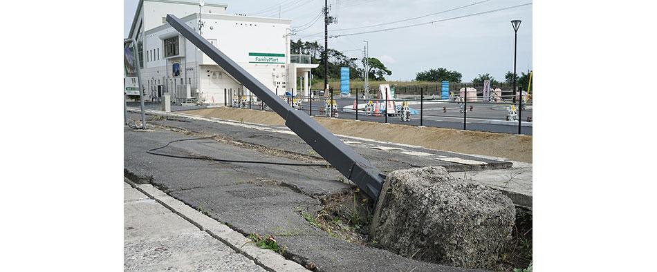 津波の凄まじい力によってコンクリートごとなぎ倒された鉄塔もそのままに