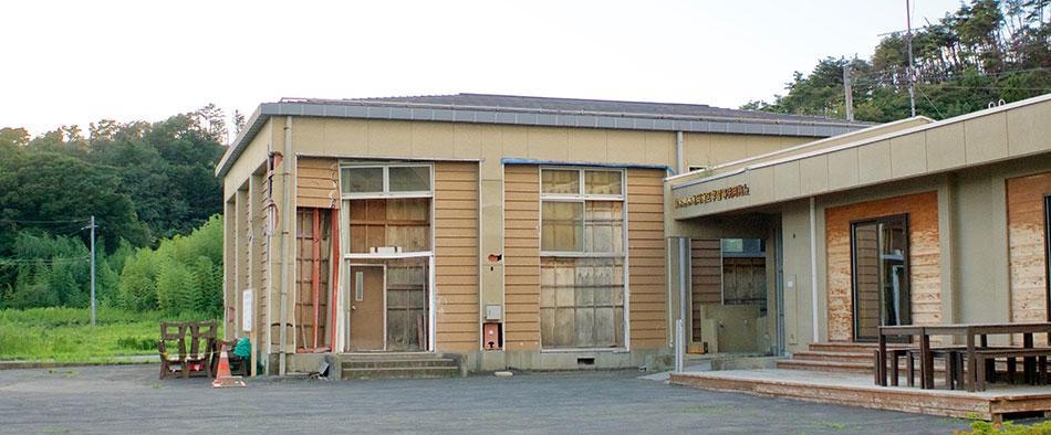 津波によって外も中もボロボロにされてしまった学習等供用施設