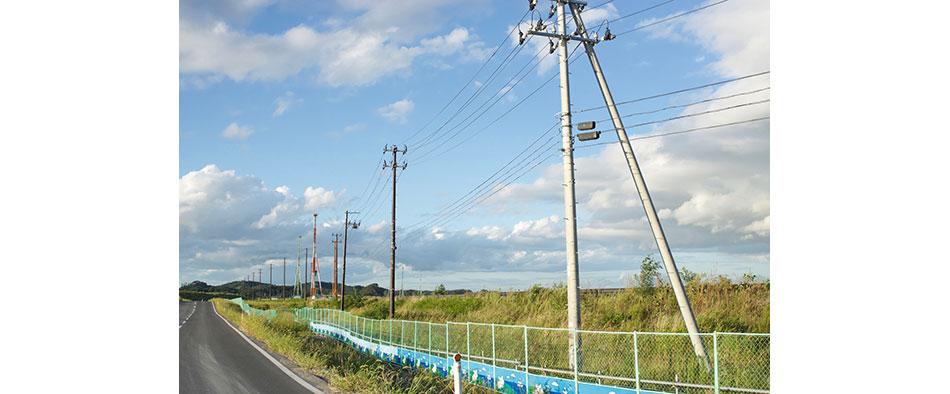 のどかな田園風景に何本もの電柱が続きます