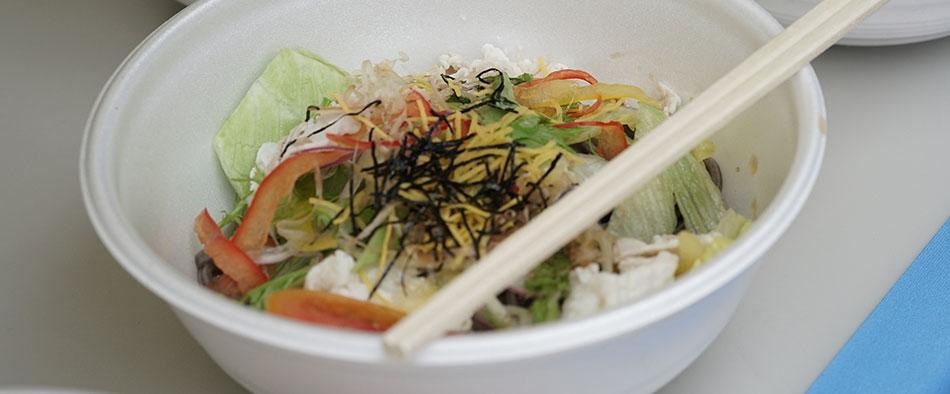 海苔が練りこまれた麺に専用スープとサラダがトッピングされたご当地フード「サラダのりうどん」