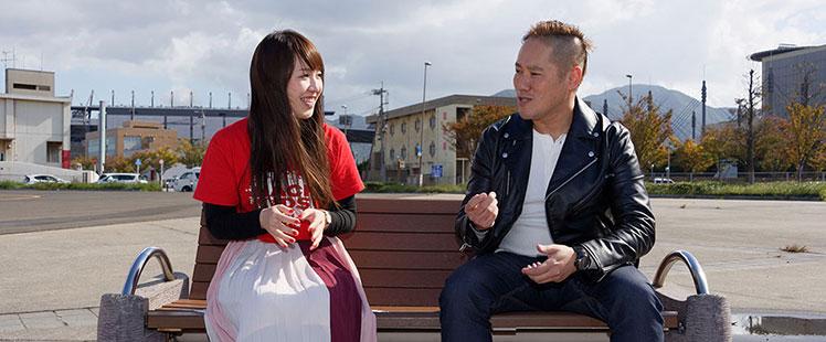 語り合う金澤さんと田中の画像