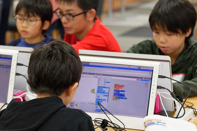 課題解決特集記事に登場する Hack Kids Caravan の写真