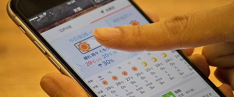 写真:iPhoneのボイスオーバー機能を使う様子