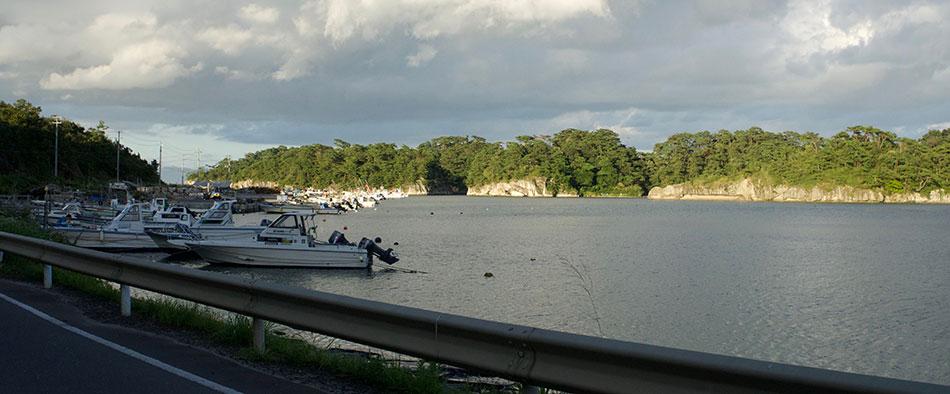 震災があったとは思えないほど穏やかな海と風景が広がる奥松島を駆けていきます