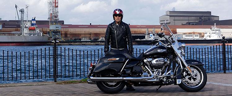 LIG田中がバイクと一緒に写っている写真
