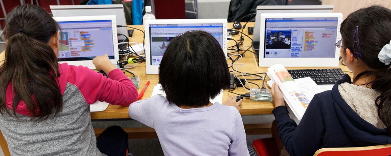 子供たちがプログラミング教室を受けている様子