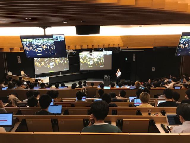 ヤフー従業員が大学で学生に検索技術やビッグデータ解析などについて講義をしている写真