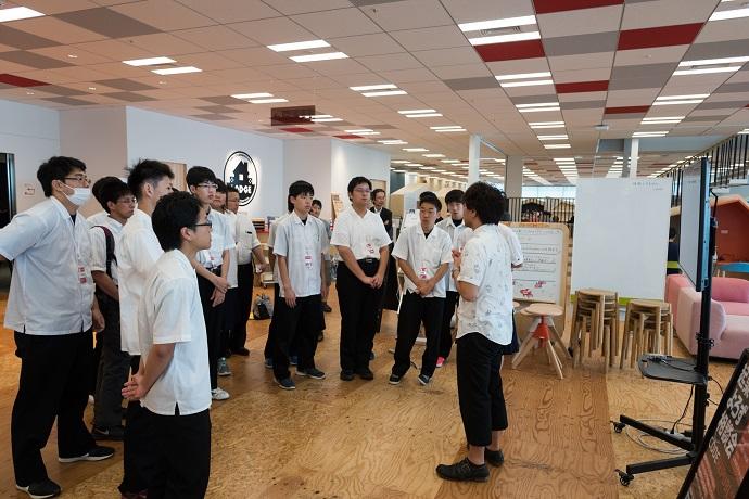 学生がオフィス見学をしている写真