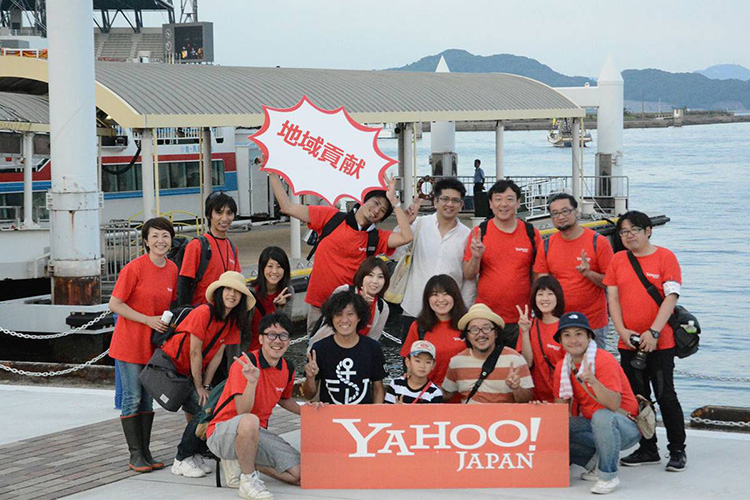 The picture of Employees at the the Hachinohe center in Aomori Prefecture participate in volunteer cleanup activities.