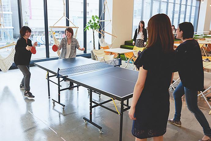 オフィス風景 卓球でリフレッシュ