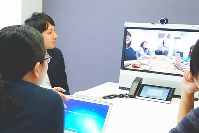 写真:多拠点のスタッフとテレビ会議を行う風景