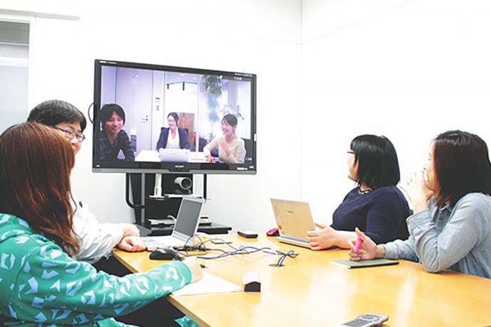 多拠点のスタッフとテレビ会議を行う風景