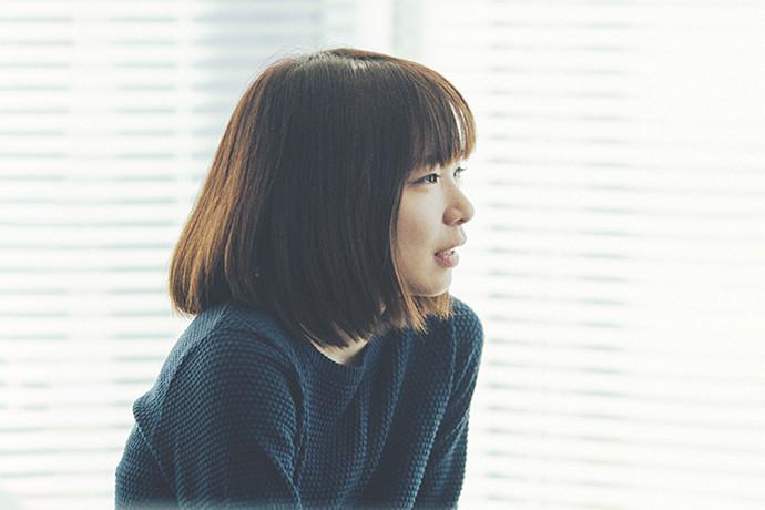 インタビューに答える 市岡 陽子