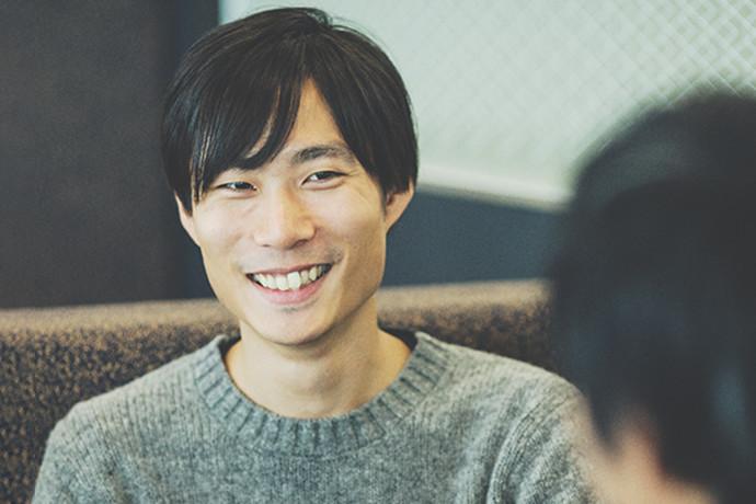 インタビューに答える 岡元 秀憲