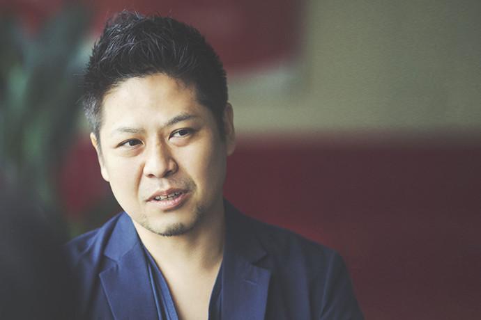インタビューに答える 稲津 敬太