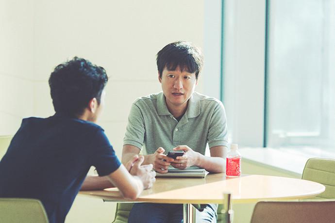 インタビューに答える 鈴木 辰顕