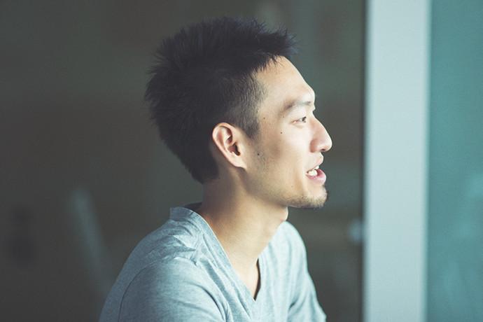 インタビューに答える 松井 賢人