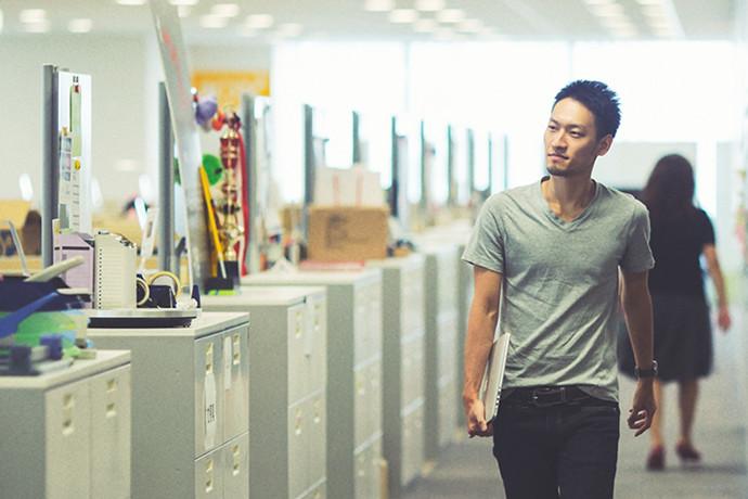 オフィスでの 松井 賢人