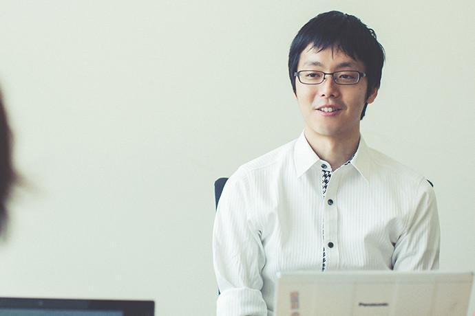 インタビューに答える 井上 龍太郎