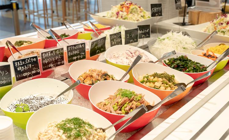 社内レストランでは、朝、昼、晩の食事提供を通じて従業員の健康を支援。1日の利用は朝食約400食、昼食約3,000食、夕食約350食。