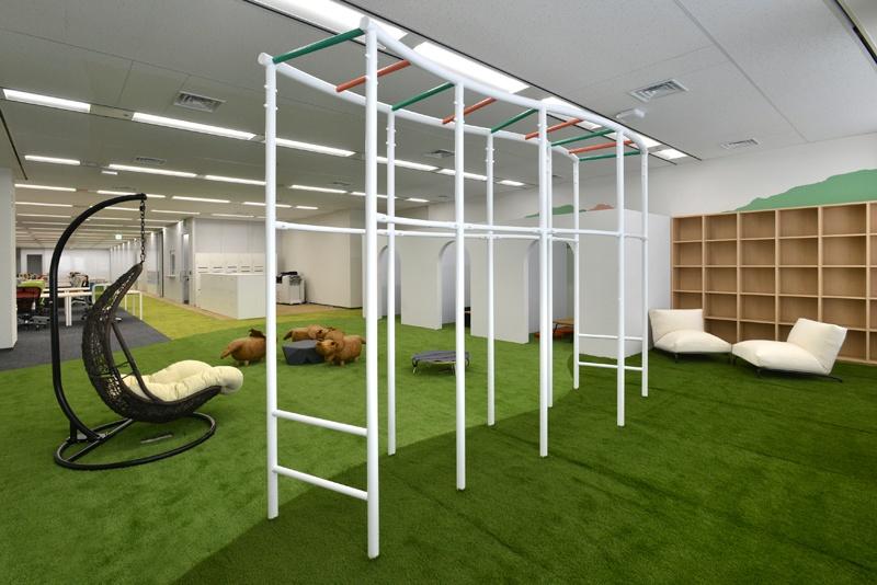 背筋を伸ばす、筋力アップなど、身体を動かしたリフレッシュを目的に名古屋オフィスに設置されたうんてい