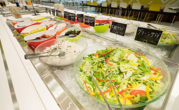 社内レストランでは、朝、昼、晩の食事提供を通じて従業員の健康を支援