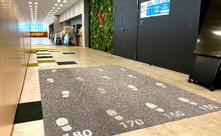 2019年10月より、理想のウォーキング歩幅「自分の身長×45%」 が体感できる「歩幅チェックスペース」を東京本社はじめ主要拠点に設置