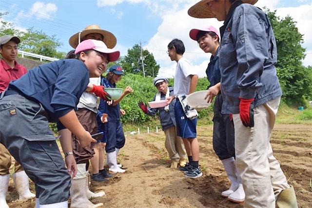 農作業を行う「菊愛会」の利用者と熊本県立菊池農業高等学校の生徒