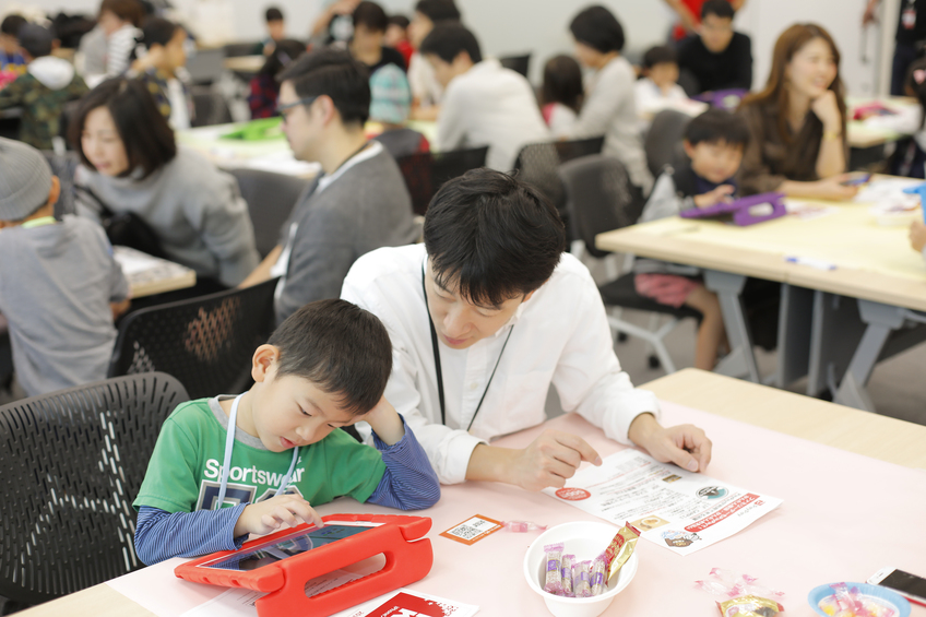 "Parent and child participating in ""Hack Kids"" of ""Family Day"" in Yahoo! JAPAN"