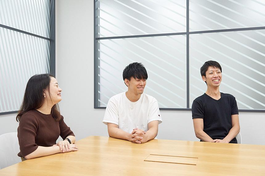 社員3名が笑顔で話している様子の写真