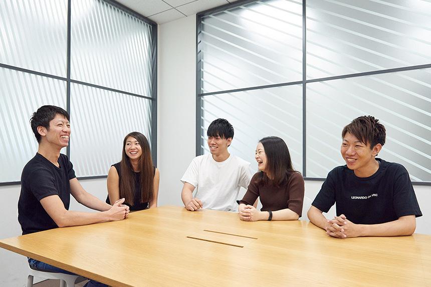 社員5名が笑顔で話している様子の写真