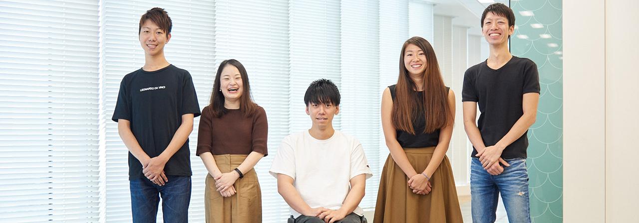 社員5名が横並びで立っている画像